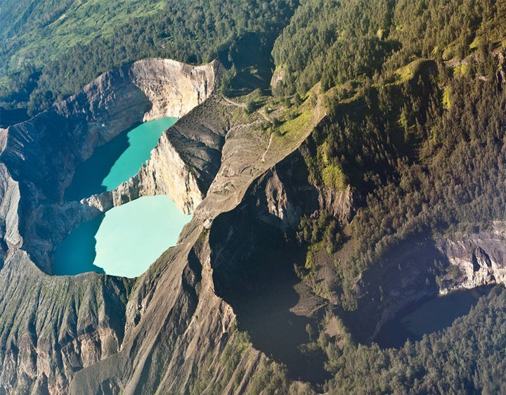 Kelimutu volcano to see the three colored lakes